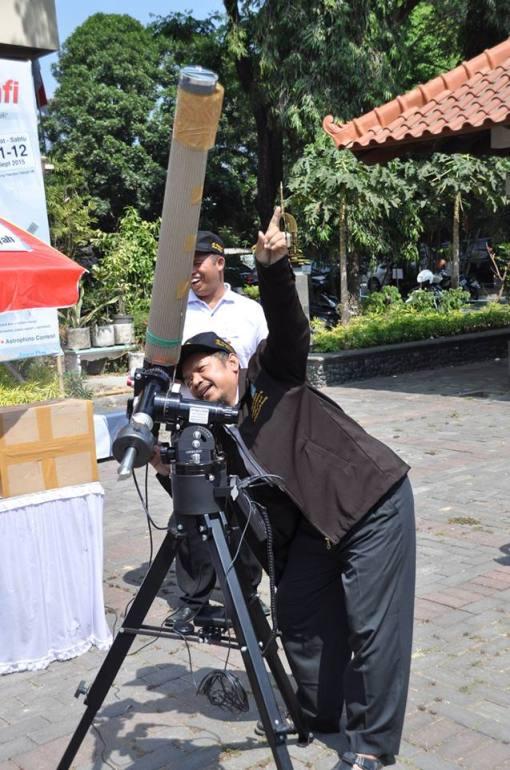 Dr-Sriyatin-dari-Al-Falakiyah-Surabaya-mencoba-peralatan-setelah-alignment.